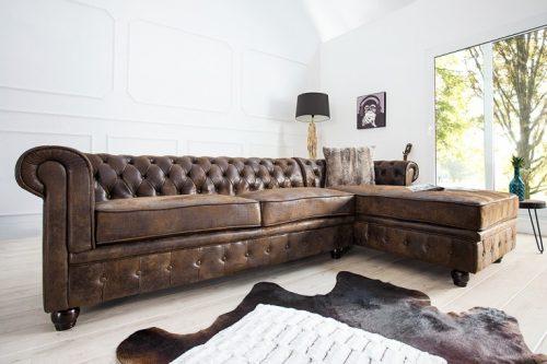 Klasyczna kanapa narożna Chesterfield w antycznym stylu .