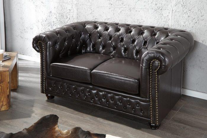 Sofa Chesterfield 2-osobowa ciemnobrązowa z przeszyciami na guziki