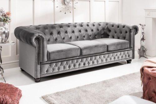 3-osobowa sofa w kolorze aksamitnej szarości styl Chesterfield